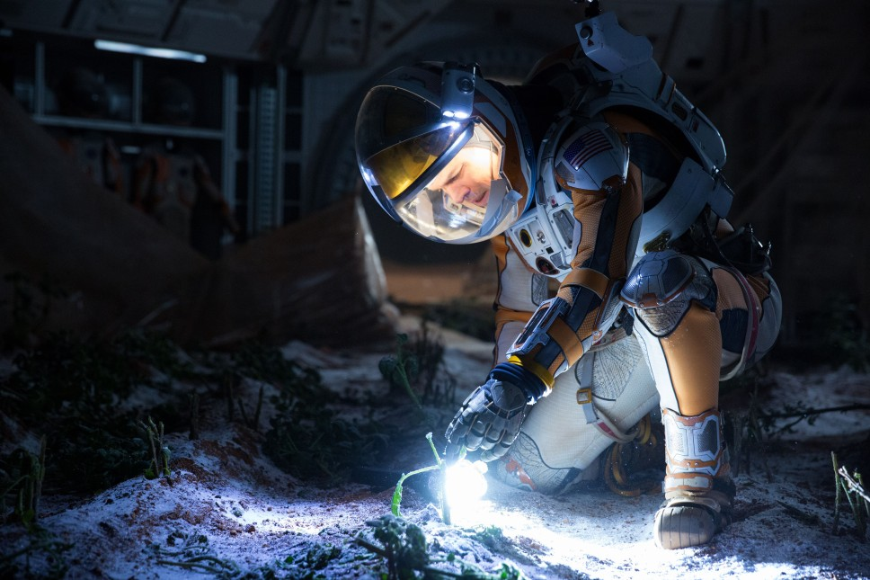 Matt Damon koji se oslanja na svoje znanje iz oblasti botanike da bi opstao na planeti čije okruženje onemogućava život na njoj. (Photo: Giles Keyte)